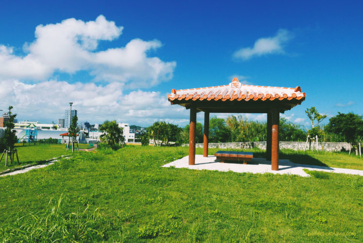 中城村「南上原糸蒲公園」駐車場、遊具、トイレあり