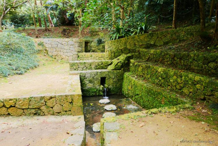 歴史と遊び場「森川公園」泉、慰霊碑、御嶽