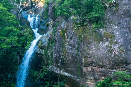 沖縄名勝 轟の滝|巨大岩に張り付く巨大蜘蛛